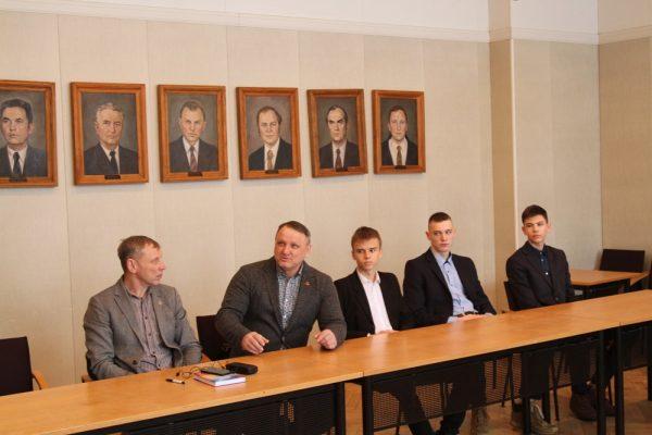 LSU plėtros ir sporto prorektorius Vidas Bružas ir Kėdainių r. Josvainių gimnazijos atstovai