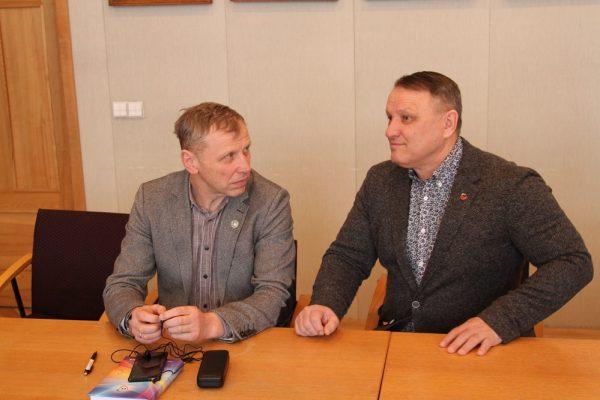 LSU plėtros ir sporto prorektorius Vidas Bružas ir Kedainių r. Josvainių gimnazijos atstovas