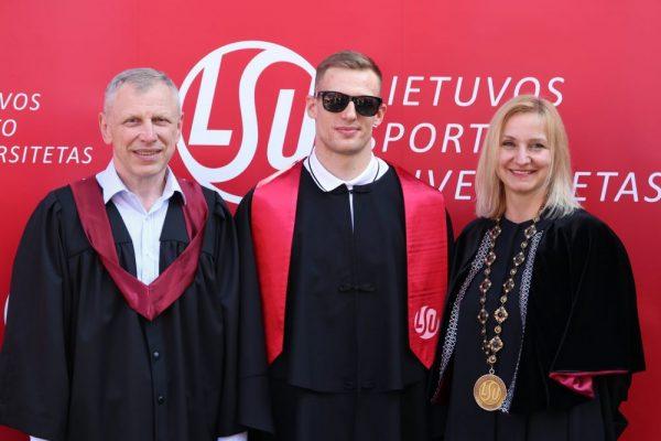 Kairėje - Vidas Bružas, centre - Edgaras Matakas, dešinėje - LSU rektorė Diana Rėklaitienė